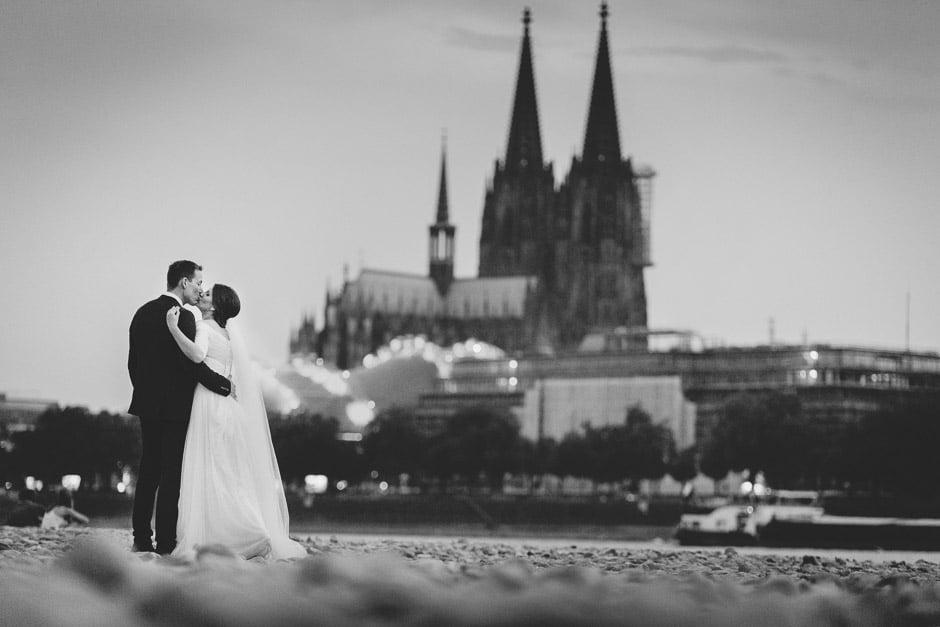 Hochzeitsfoto Brautpaar vor Kölner Dom